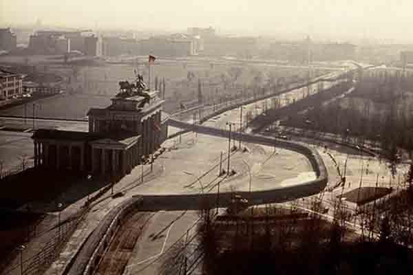 Bức tường Berlin chia thành phố Berlin làm hai