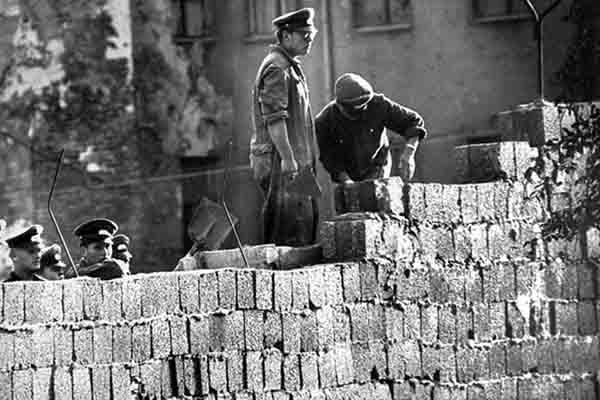 Tại sao bức tường Berlin lại được xây dựng?