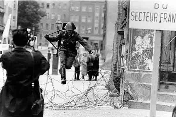 Một người lình đang cố vượt hàng rào sang Tây Đức
